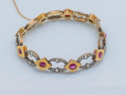 Bracelet de forme gourmette composé de maillons...