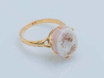Bague en or jaune 18 carats (750 ‰) ornée d'une intaille sur agate laiteuse figurant...
