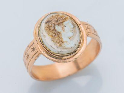 Bague en or jaune 18 carats (750 ‰) ornée d'un camée sur agate figurant un profil...