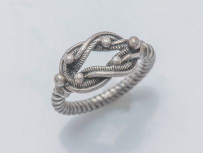 Bague en argent (800 ‰) stylisant un nœud...
