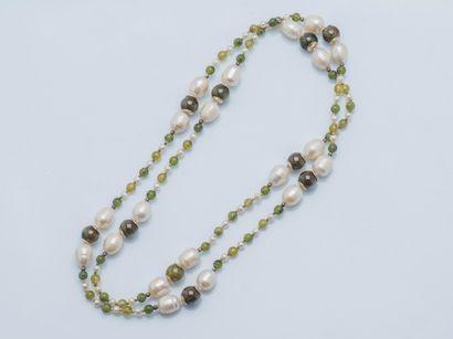 Sautoir composé de perles de culture irrégulières...