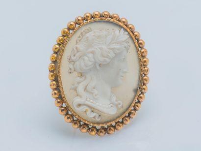 Broche médaillon en or jaune 18 carats (750 ‰) ornée d'un camée sur agate figurant...