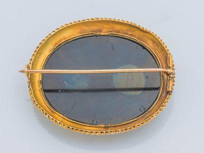 Broche ovale en or jaune 14 carats (585 ‰) ornée d'une micro-mosaïque figurant le...