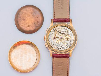 CHRONOGRAPHE SUISSE, vers 1960 Chronographe en or jaune 18 carats (750 ‰), le boîtier...