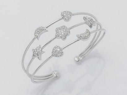 Bracelet à trois fins joncs ouvert formant...
