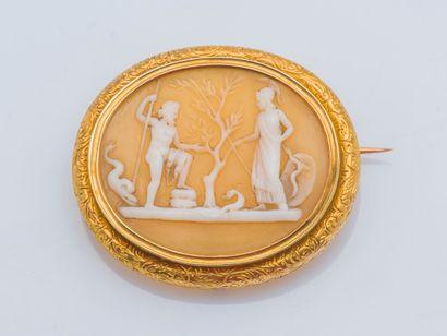 Broche en or jaune 18 carats (750 ‰) ornée d'un camée sur agate blonde à décor de...