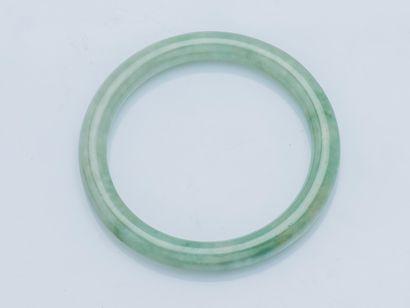 Bracelet jonc en jade néphrite.  Diam. intérieur...
