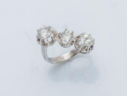 Bague en platine (950 ‰) ornée de trois diamants...