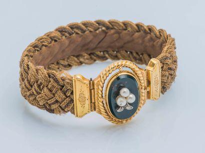 Bracelet ruban de cheveux tressés, le fermoir en or jaune 18 carats (750 ‰) serti...