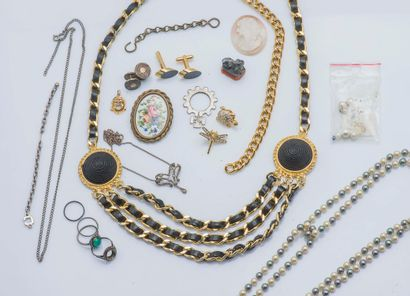 Bijoux fantaisies en métal doré et argent...