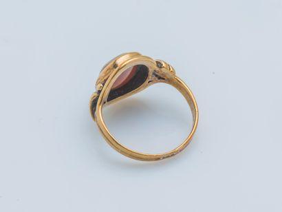 Bague cachet en or jaune 14 carats (585 ‰) sertie d'une plaque d'agate à graver...