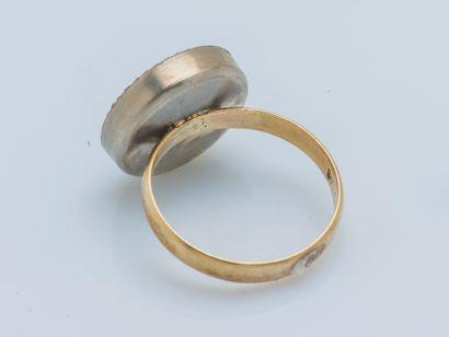 Bague formée d'une alliance en or jaune 14 carats (585 ‰) et métal gravée M.L. 27/05/57...