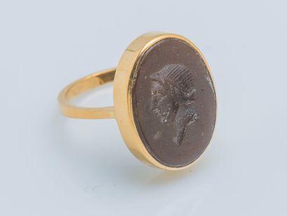 Bague en or jaune 18 carats (750 ‰) ornée d'une intaille sur pierre dure ovale figurant...