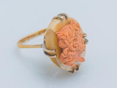 Importante bague en or jaune 9 carats (375 ‰) ornée d'un camée sur agate figurant...