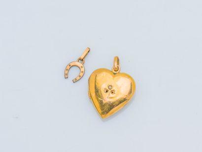 Lot de deux pendentifs l'un formant un cœur...