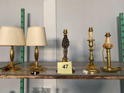 Lot comprenant deux petits lampes en bronze...