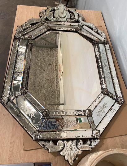 Important miroir en verre de Venise de forme...