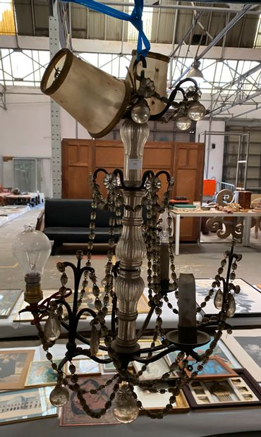 Petit lustre cage à trois lumières en métal...