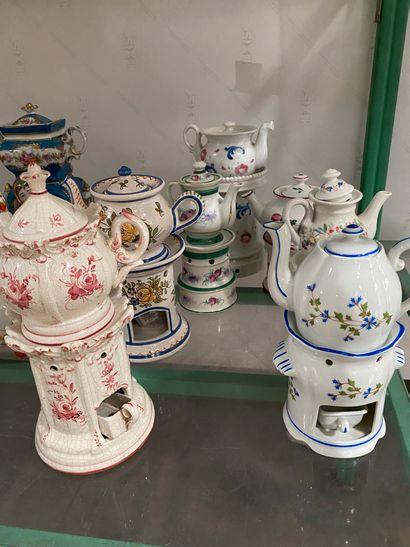 Lot de 3 tisanières en porcelaine polychrome...