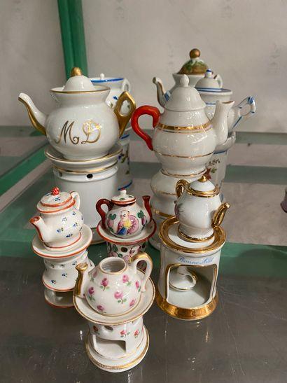 Lot de 9 tisanières miniatures en porcelaine...
