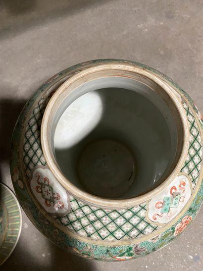 Deux potiches balutres couvertes en porcelaine de Chine de la famille verte à décor...
