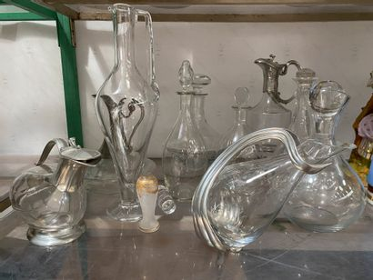 Lot comprenant 10 carafes en verre et cristal...