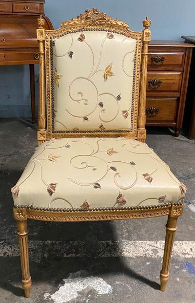 Lot comprenant :  - une chaise en bois doré...