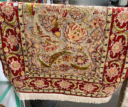 Petit tapis Hereke en soie à décor de fils...