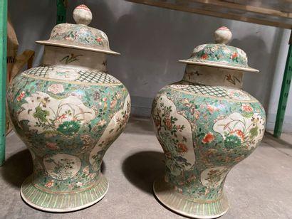 Deux potiches balutres couvertes en porcelaine...
