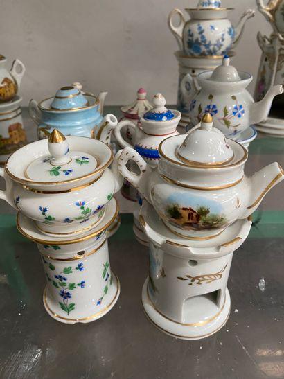 Lot de 7 tisanières miniatures en porcelaine...