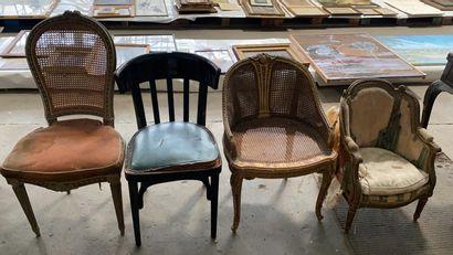 Lot comprenant :  - une chaise en bois sculpté...