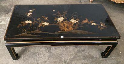 Table basse de style chinoise à décor laqué...