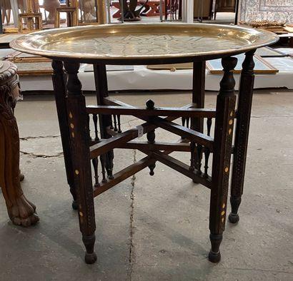 Guéridon circulaire en bois sculpté à décor...