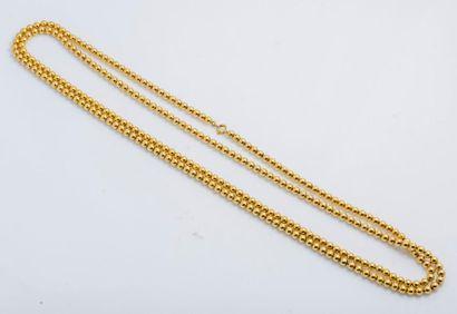 Sautoir formé d'un rang de perles d'or jaune...
