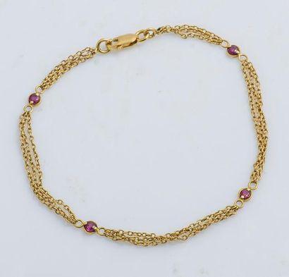 Bracelet en or jaune 18 carats (750 millièmes) composé d'une triple chaîne à maille...