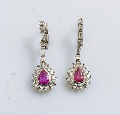 Paire de pendants d'oreilles brisure en or...