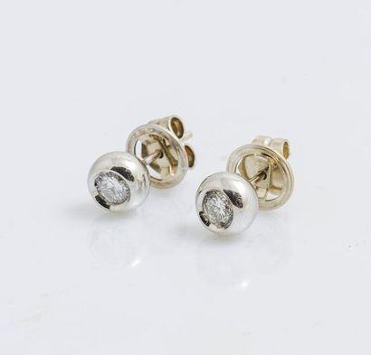 Paire de boutons d'oreilles en or gris 18...