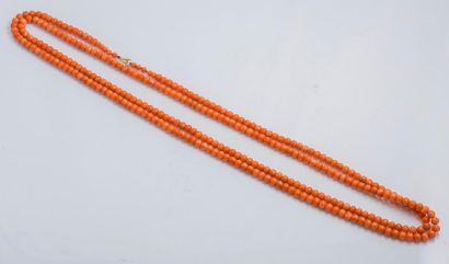 Très long sautoir en perles de corail (corallium...
