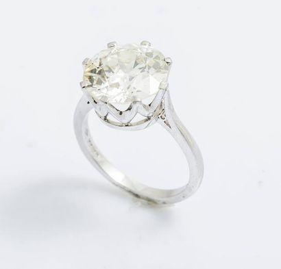 Bague solitaire en platine (950 millièmes) sertie par huit griffes d'un diamant...