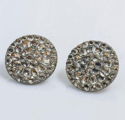Paire de boutons en métal sertis de pierres...