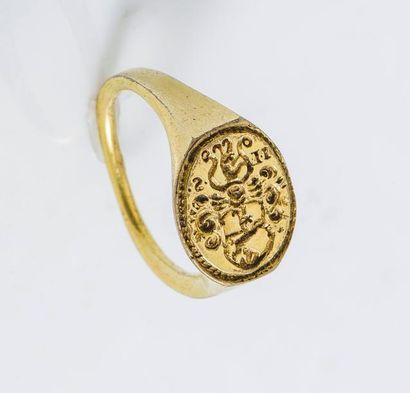 Bague cachet en métal doré gravé d'un capricorne...