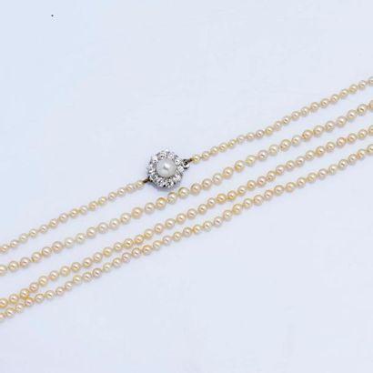 Sautoir formé d'un rang de perles fines de...