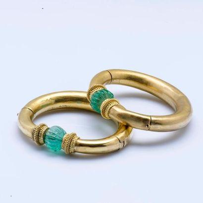 Paire de bracelets joncs ouvrant en or jaune...