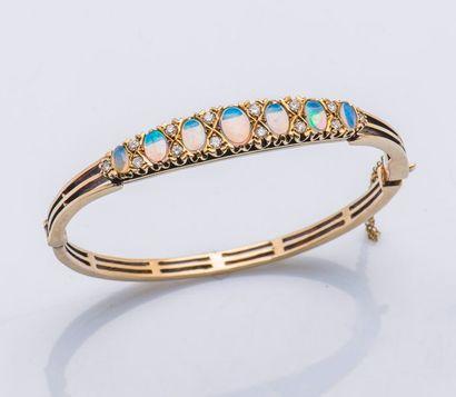 Bracelet jonc ouvrant en or jaune 9 carats...