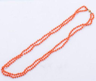 Collier de deux rangs de perles de corail...