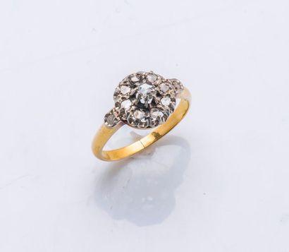 Bague fleur en or jaune et or gris 18 carats...