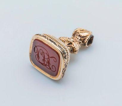 Pendentif sceau en métal doré à décor ciselé...