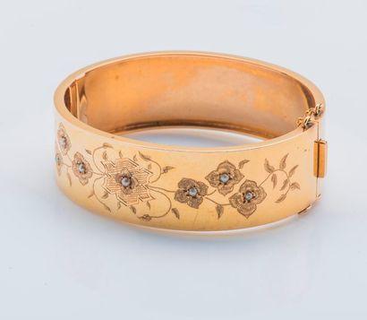 Large bracelet jonc plat en or jaune 18 carats...