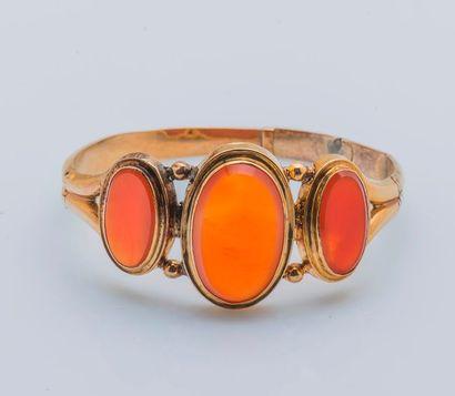 Bracelet jonc ouvrant en or jaune 18 carats (750 millièmes) sertie de trois plaques...