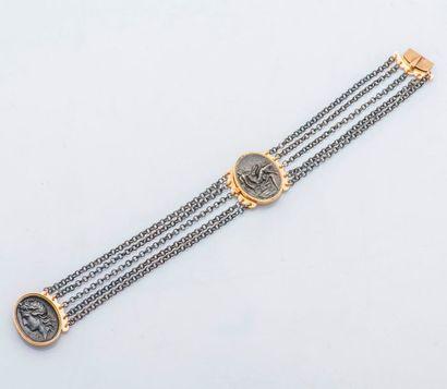 Bracelet draperie en métal orné de deux médaillons...